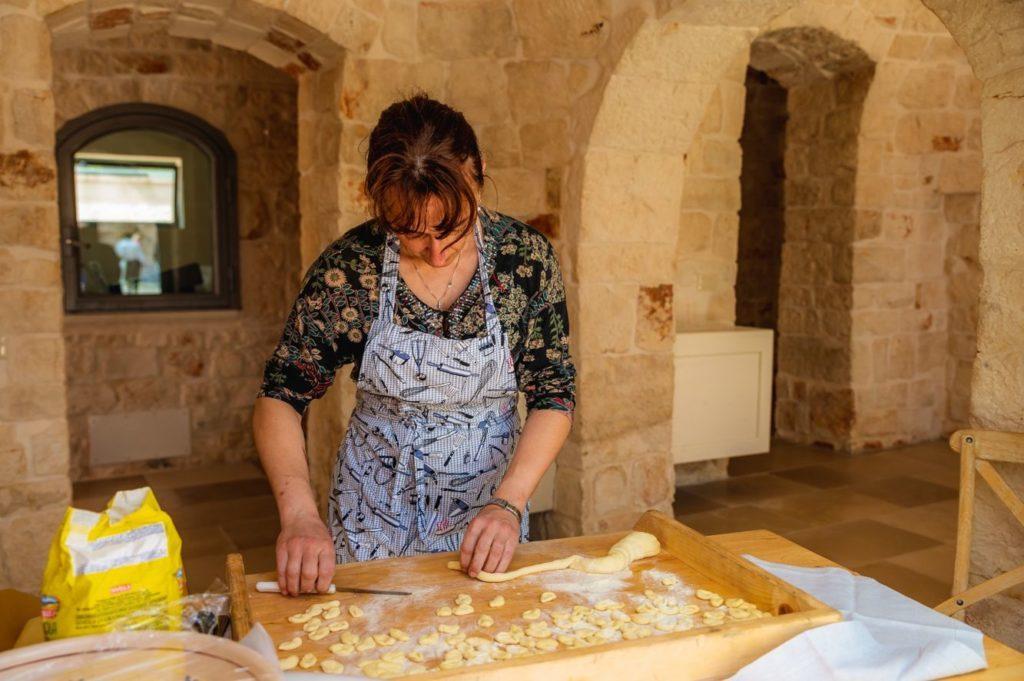 Signora che realizza pasta fresca orecchiette home made